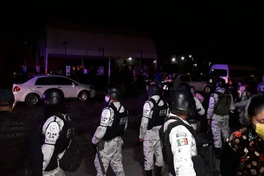 Videos: Familiares de pacientes entran violentamente a hospital de Ecatepec