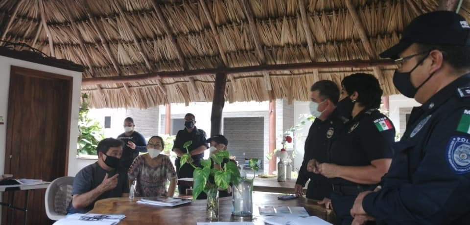 Hoteleros bacalarenses en reunión con la autoridad encargada de la seguridad del municipio más joven de Quintana Roo.