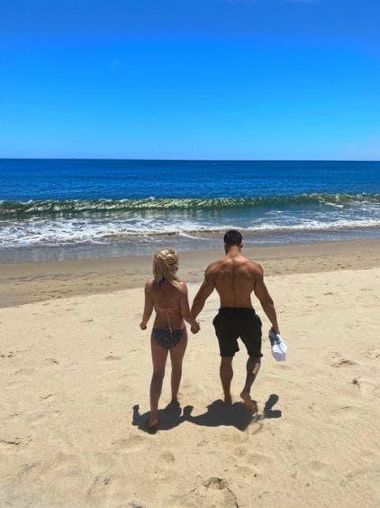COVID-19: Britney Spears y su novio son captados en la playa con cubrebocas