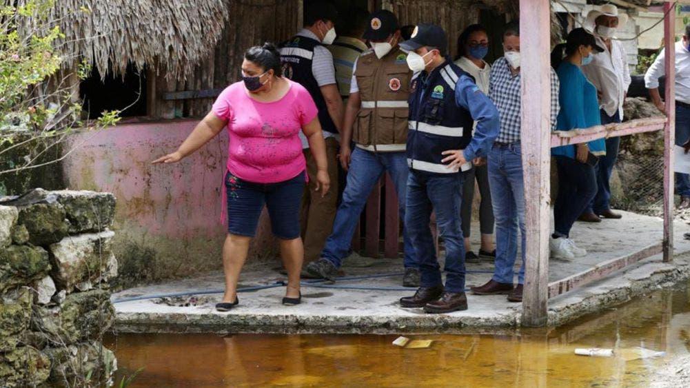 Carlos Joaquín atiende a familias afectadas por inundaciones en Bacalar