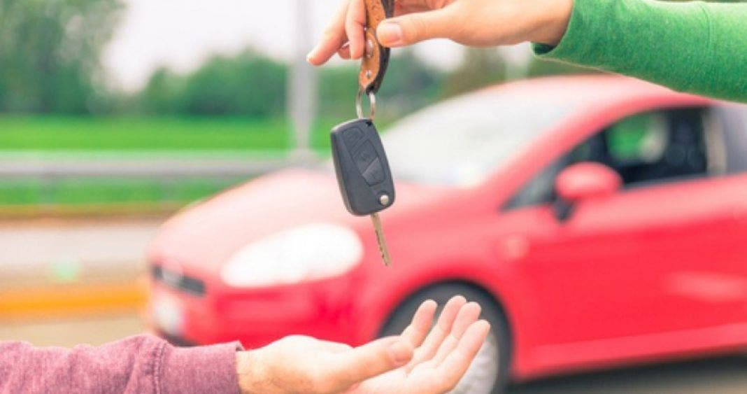 Apoyos a lo AMLO van a España; ayudarán a quienes no tienen auto