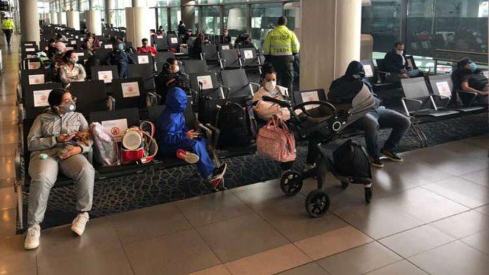 Regresan a casa 54 mexicanos varados en Colombia por coronavirus