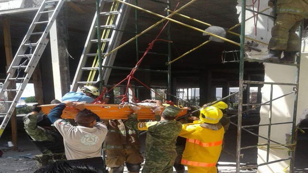 Colapsa construcción en plaza comercial y deja siete trabajadores lesionados