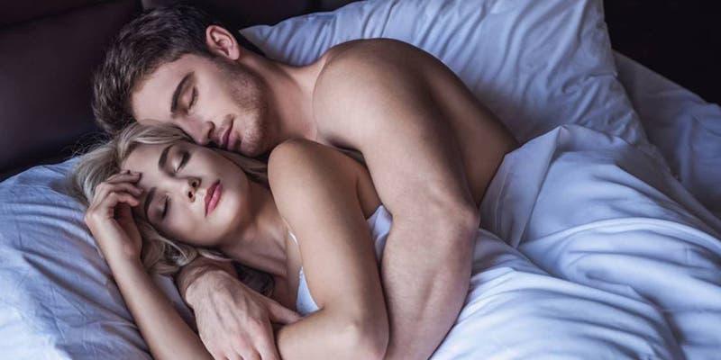 Dormir de cucharita: Un acto de amor y pasión