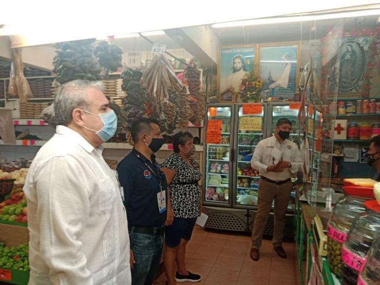 Supervisan autoridades de BJ medidas sanitarias en Mercado 23; locatarios cumplen de cara a la reapertura y evitar el Covid-19.