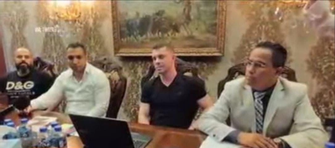 Conferencia de prensa ofrecida hace unos meses el presunto empresario rumano Florian Tudor, al centro, tras las acusaciones en su contra por fraude con cajeros automáticos de su propiedad.