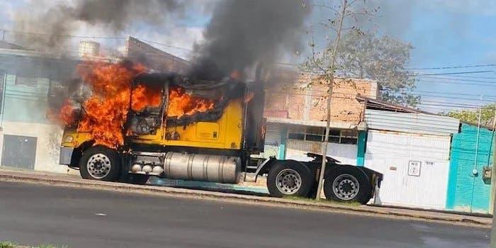 Quema de vehículos por la detención de una delincuente, madre del líder de un grupo de delincuentes que se dedicaban principalmente al robo de combustible con la anuencia del estado de Guanajuato.