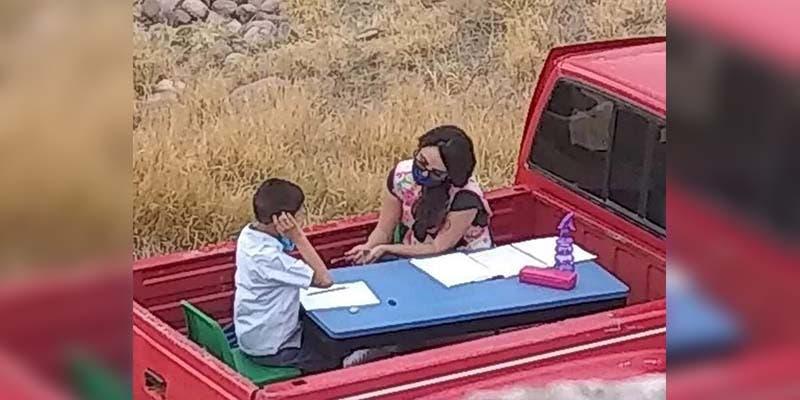 Maestra adapta su camioneta como salón móvil