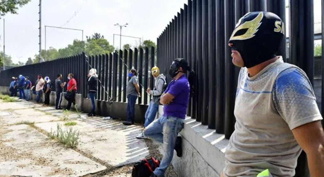 Luchadores mexicanos venden dulces por la falta de empleo
