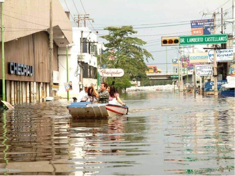 """""""Por eso se inundó Villahermosa, porque mantuvieron las presas llenas. Hasta hace una semana la presa Peñitas tenía 95 por ciento de su capacidad. En épocas de lluvias, ¿qué sucedió cuando se inundó Tabasco? Estaba lleno el vaso porque no les permitían subir la energía eléctrica""""."""