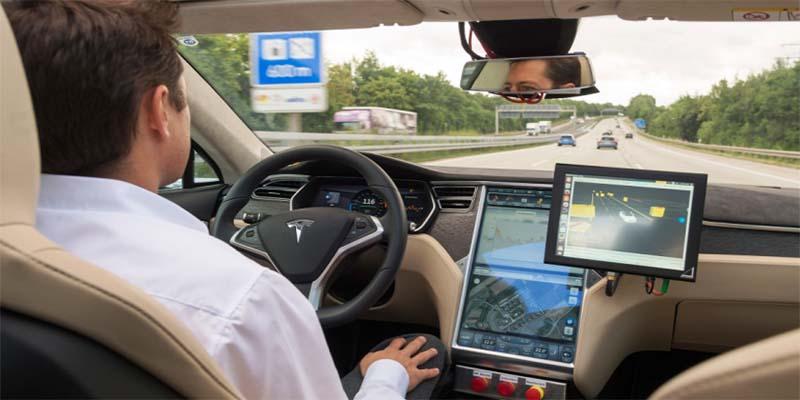 Piloto automático de Tesla asombra a los usuarios de las redes sociales
