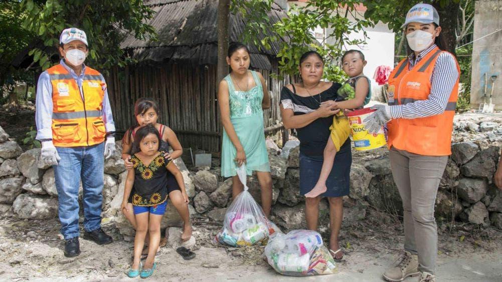 El presidente y su esposa distribuyen despensas en la zona maya y de transición