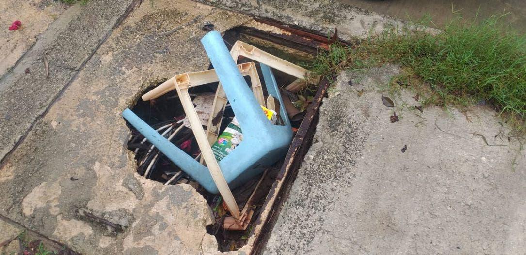Chetumaleños siguen arrojando basura en las calles colapsando las alcantarillas.