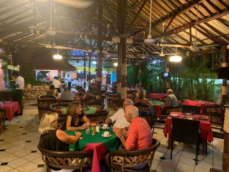 Regresan a sus labores parte de trabajadores gastrohoteleros; poco a poco comienza la reactivación económica en la isla de Cozumel.