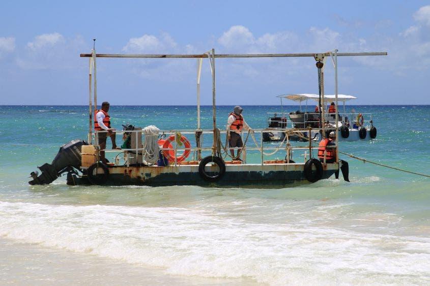 Atención frontal al recale de sargazo en Playa del Carmen.