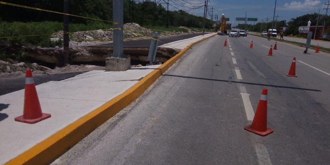 Riesgo de colapso mayor en boquete carretero en Playa del Carmen.