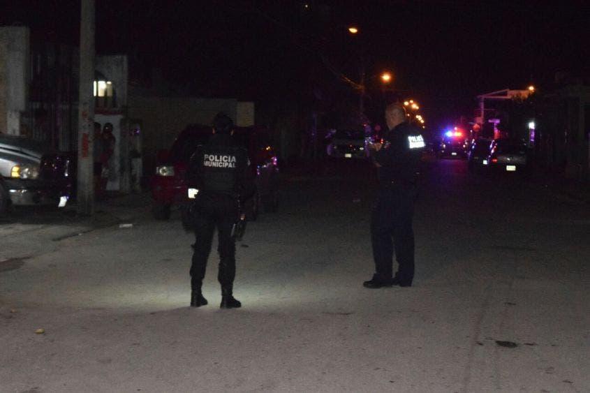 Trailero pone en riesgo a policías y automovilistas en filtro del C-4 de Chetumal; fue detenido en Subteniente López tras una persecución.