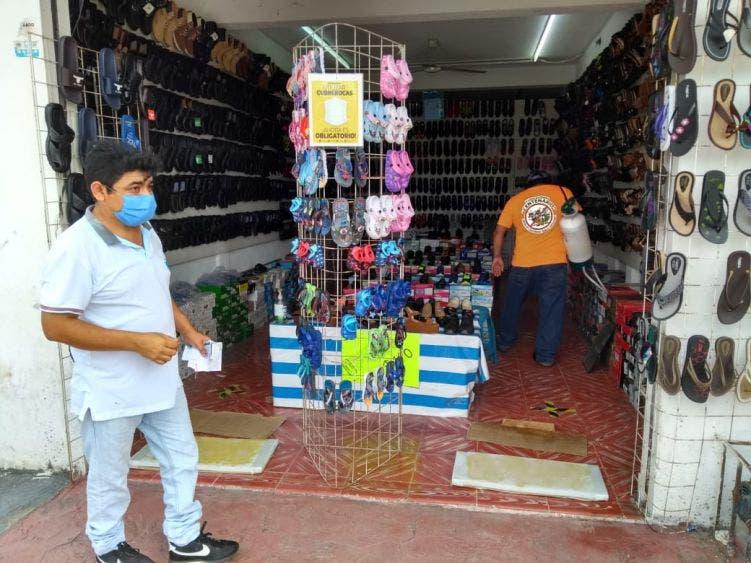 Sanitizan locales comerciales en FCP previo a su reapertura.