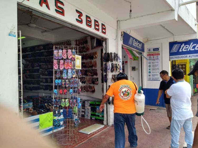 Sanitizan locales comerciales en FCP previo a su reapertura; es una de las condiciones exigidas por la Cofepris contra el Covid.