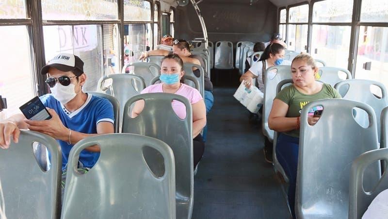 Usuarios del transporte en Cancún se niegan a seguir protocolos de sanidad.