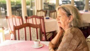 Policías visitan a abuelita solitaria y le cocinan en su casa