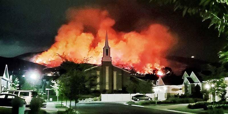 Evacuan a personas de sus viviendas tras incendio en Estados Unidos