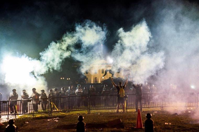 Se manifiestan frente a la Casa Blanca, desafiando el toque de queda en Washington