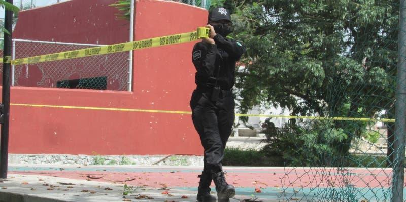 Policías cerrando espacios públicos de Valladolid.