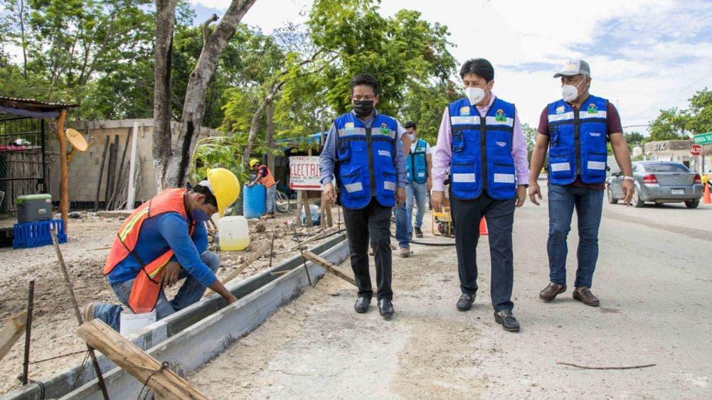 Supervisa Víctor Mas construcción de guarniciones y banquetas en calles de Tulum