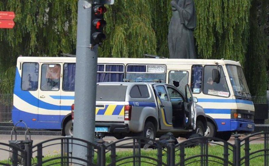 Sujeto con explosivos secuestra autobús con pasajeros en Ucrania.