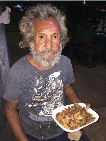 Desata indignación caso de indigente con plato de arroz y croquetas de perro.