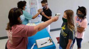 De acuerdo con investigadores, el riesgo que la epidemia resurja de una escuela o de que un profesor se infecte a partir de alumnos menores de 10 años, parece muy pequeño.