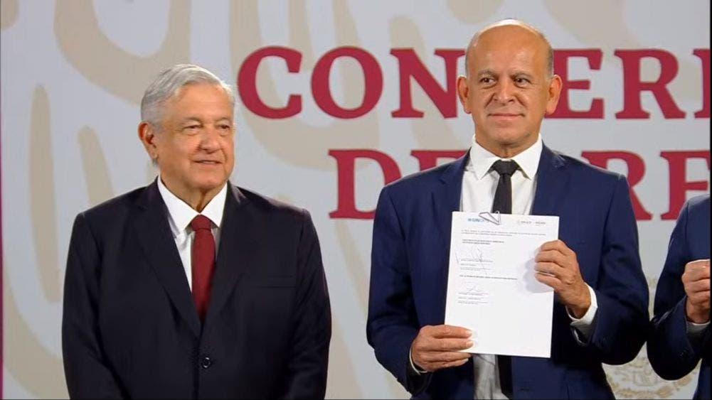 Fernando Cotrim Barbieri (der), representante en México de UNOPS, en la conferencia matutina del Presidente Andrés Manuel López Obrador.