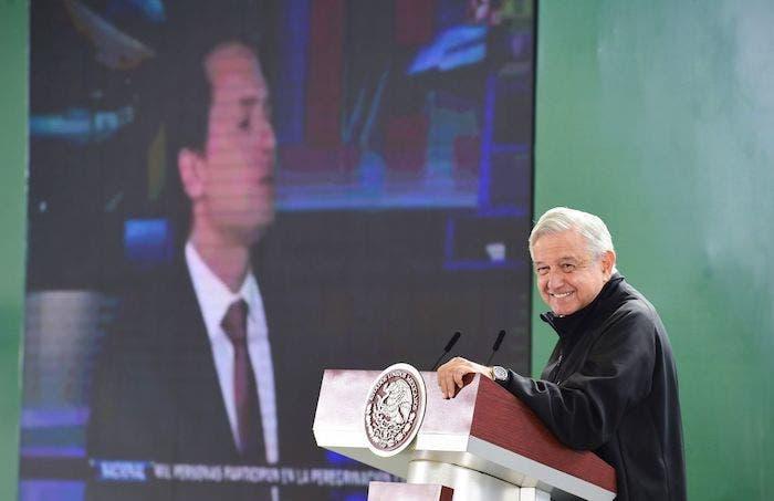 El Presidente Andrés Manuel López Obrador, durante su conferencia matutina con la imagen al fondo de Emilio Lozoya.