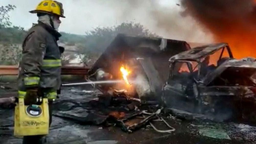Choca tráiler con una camioneta y se incendian; un muerto