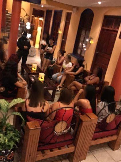Desarticulan en Playa del Carmen banda de explotadores sexuales; durante un cateo se detuvo a nueve personas y se rescató a 14 mujeres.