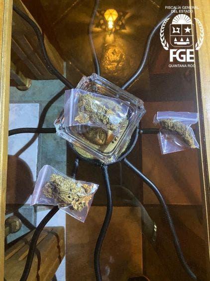 Policías de investigación decomisaron mariguana en el lugar.