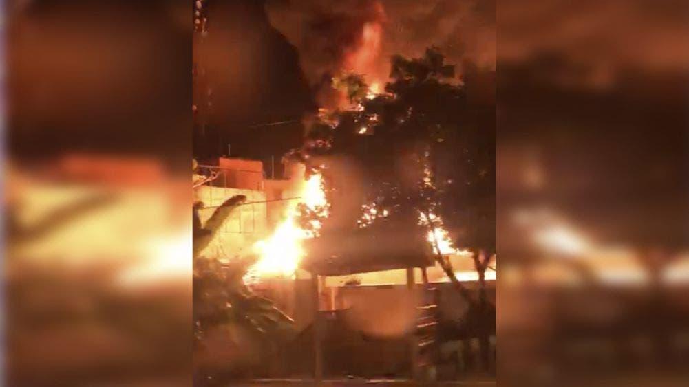 Video: Dantesco incendio consume varios locales en Tulum