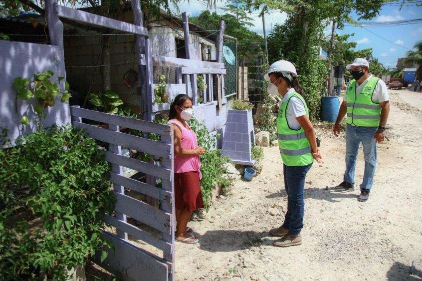 La Presidenta Municipal de Puerto Morelos da el banderazo de inicio de los trabajos que incluyen la construcción de banquetas y guarniciones, así como de alumbrado público