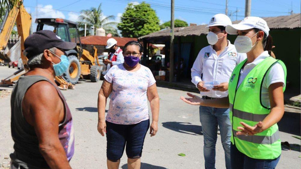 Supervisa Laura Fernández construcción de banquetas y guarniciones en la colonia Zetina Gasca