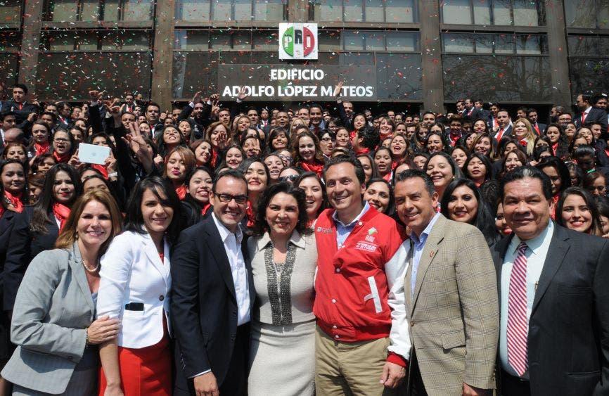 """Tiempos felices en el tricolor, la imagen corresponde a febrero de 2015, donde Emilio Lozoya, entonces director de Pemex, compartió sus """"experiencias"""" con estudiantes de la Segunda Generación de la Escuela Nacional de Cuadros del PRI."""