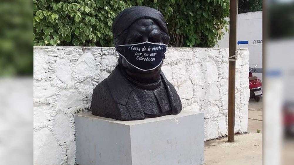 Ponen cubrebocas con mensajes a los bustos a José María Morelos