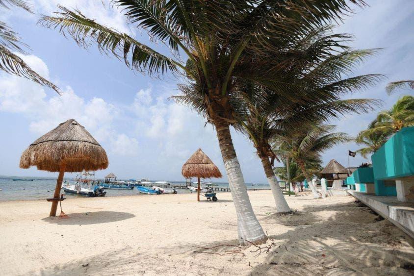 Con trabajo en equipo, playas de Puerto Morelos lucen buena imagen: Laura Fernández, es un compromiso de esta administraciópn municipal