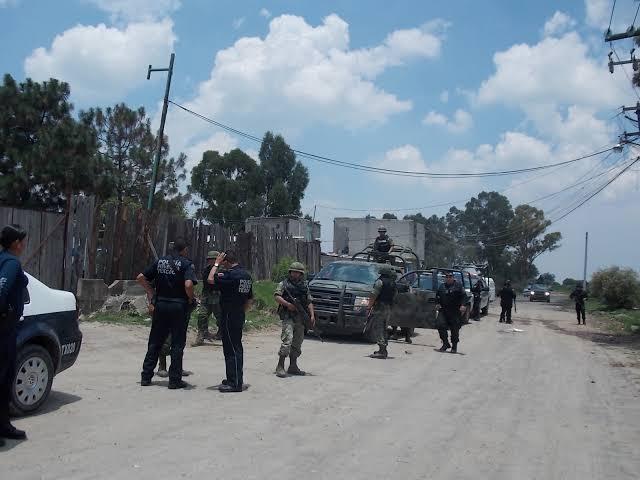 Privan de la libertad a dos empleados en asalto carretero en la Zona Sur; encapuchados interceptaron camión de refresquera.