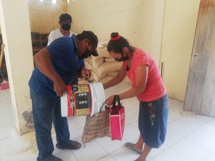Dignatario maya de Kantunilkín agradece al diputado Luis Alegre apoyo alimentario; el legislador de Morena donó 4 toneladas de maíz a familias.