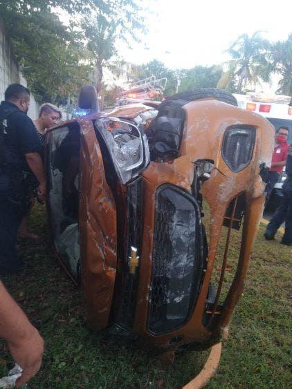 Enfermera vuelca su vehículo en el bulevar Aeropuerto de Cozumel; aparentemente manejaba bajo los influjos del alcohol y fue detenida.