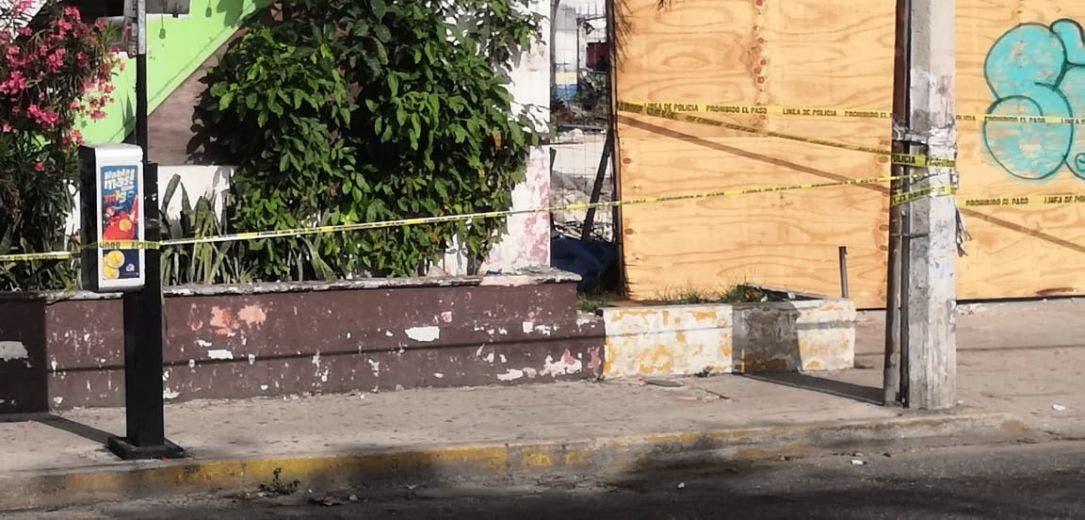Asesinan a puñaladas a un sujeto en la Tulum de Cancún; al parecer, sus victimarios lo privaron de la vida en un asalto cerca del Mercado 23.