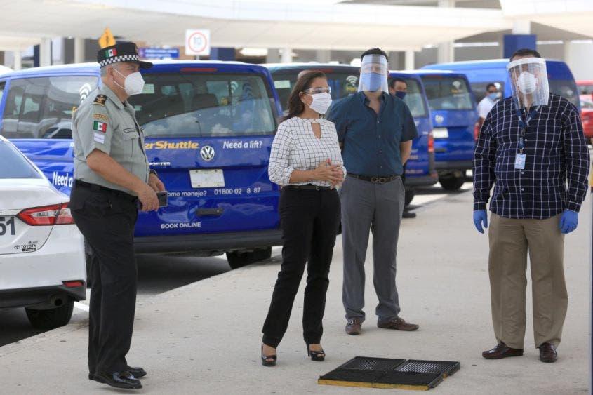 Verifican protocolos sanitarios en el aeropuerto de Cancún.