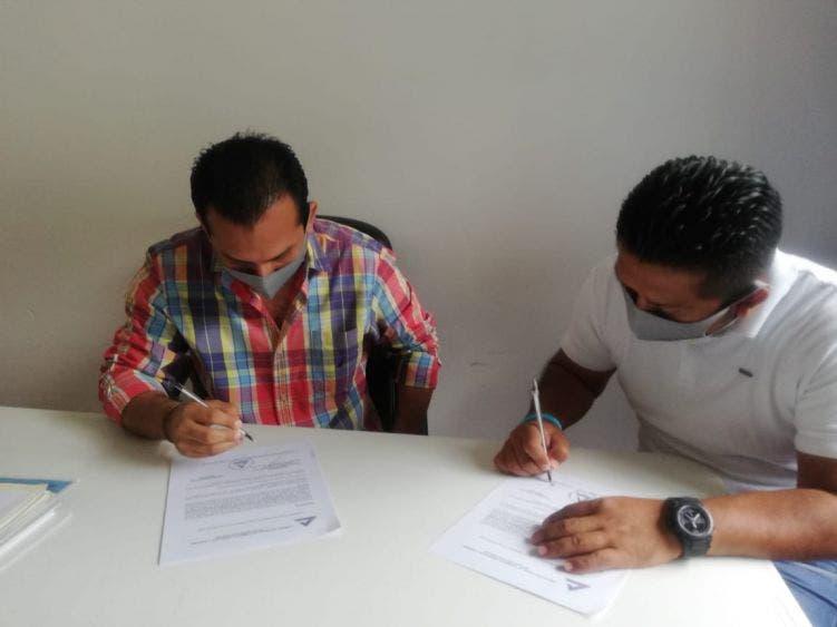 En Lázaro Cárdenas firman convenio taxistas y la Canaco.