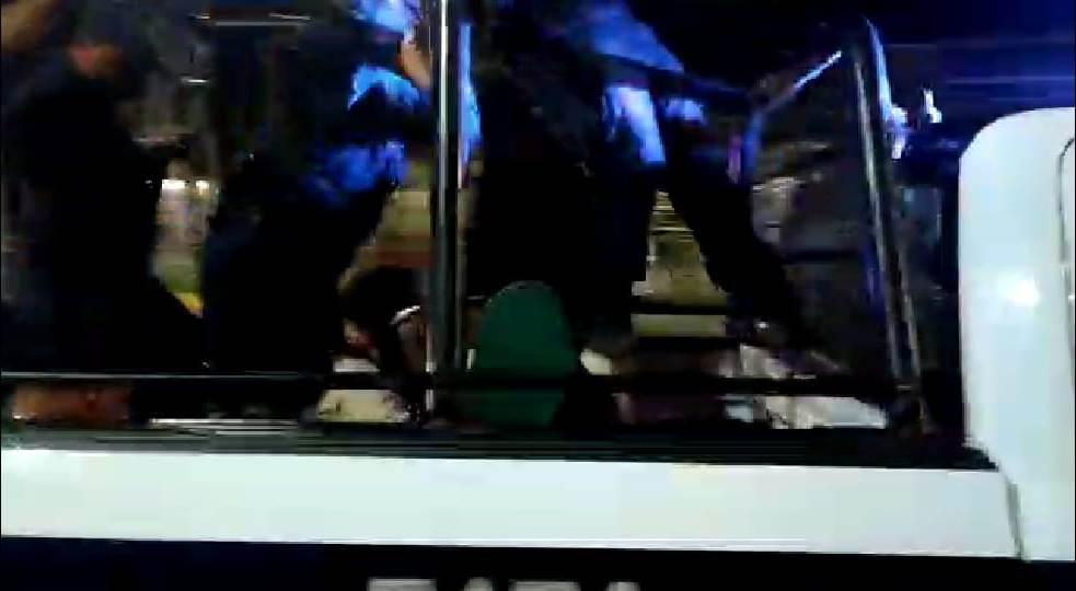 Detienen a cinco personas durante un cateo en Cozumel; la incursión policiaca se registró anoche en unos departamentos de la 81 Avenida.